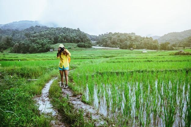 Mulher asiática na natureza