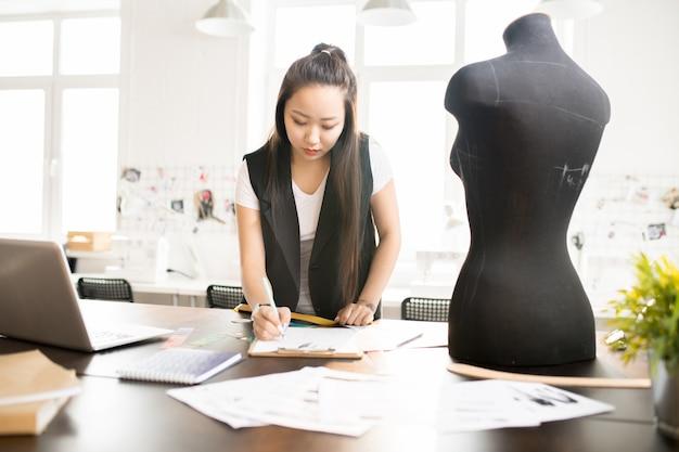 Mulher asiática na oficina do atelier