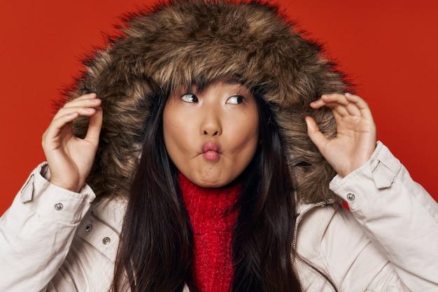 Mulher asiática na superfície de cor brilhante, posando de modelo