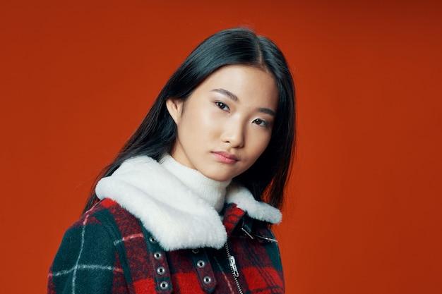 Mulher asiática no fundo de cor brilhante, posando de modelo