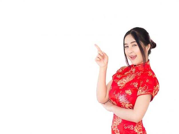Mulher asiática no isolado tradicional do cheongsam do vestido do chinês no fundo branco. ano novo chinês conceito.
