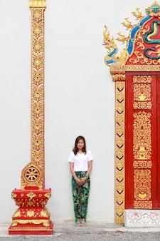 Mulher asiática no templo tailandês