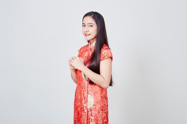 Mulher asiática no vestido chinês cheongsam tradicional