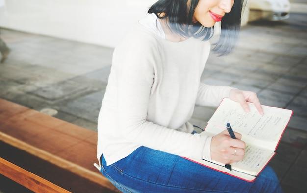 Mulher asiática, notas de escrita
