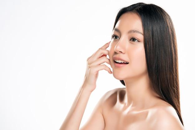 Mulher asiática nova bonita com pele fresca limpa no fundo branco,