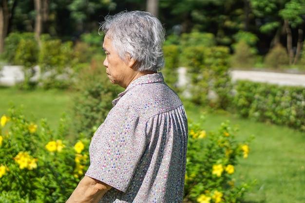 Mulher asiática ou idosa asiática da senhora idosa com saúde forte ao andar no parque.