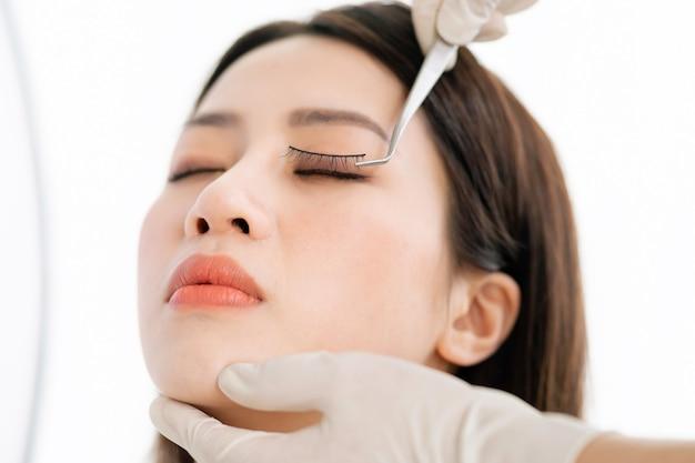 Mulher asiática passando por cirurgia de carpete fino