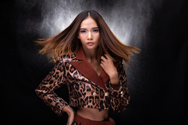 Mulher asiática pele bronzeada alta moda usa pele de cobra