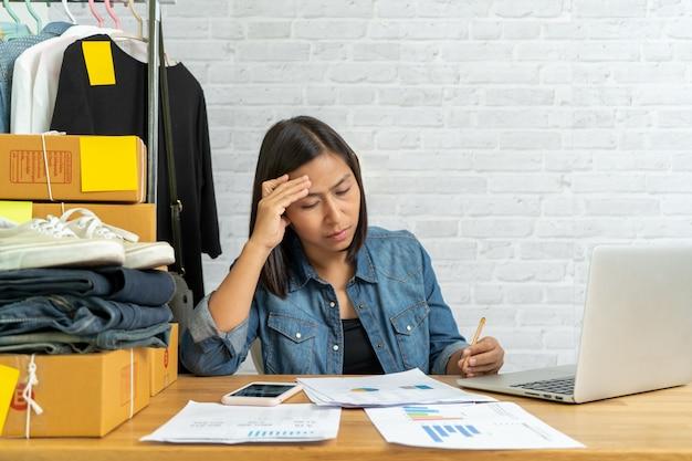 Mulher asiática, pensando em vender on-line, arranque de pequenas empresas