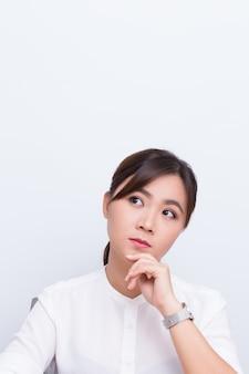 Mulher asiática, pensando