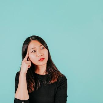 Mulher asiática pensativa
