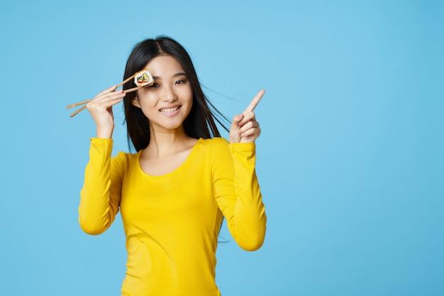 Mulher asiática posando com retrato de comida, sushi