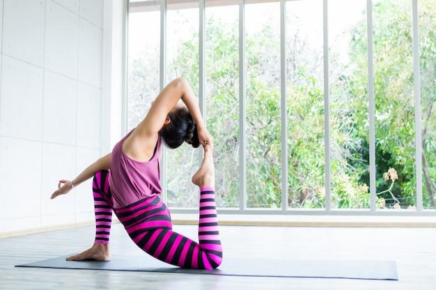 Mulher asiática praticando ioga