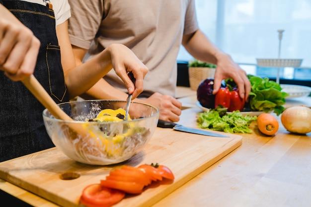 Mulher asiática preparar comida de salada na cozinha