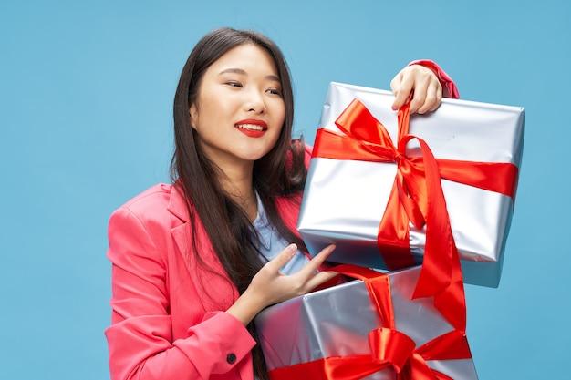 Mulher asiática presentes presentes feriado de ano novo