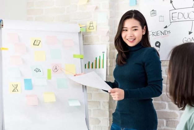 Mulher asiática, professor faculdade, ensinando, dela, estudantes