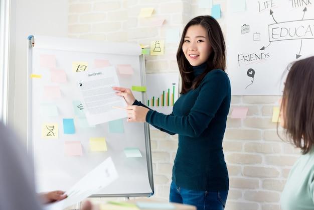 Mulher asiática, professor faculdade, ensinando, estudantes, em, sala aula