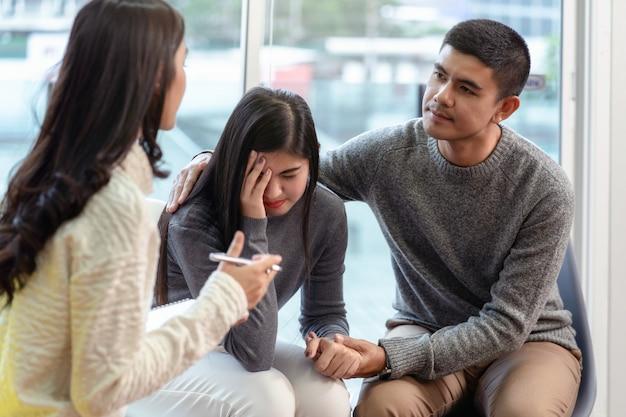 Mulher asiática, profissional, psicólogo, doutor, dar, a, consulta, para, amantes, pacientes