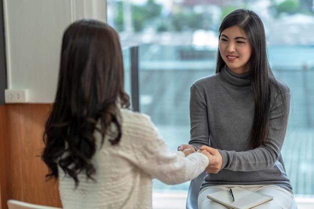 Mulher asiática, profissional, psicólogo, doutor, dar, a, consulta, para, femininas, pacientes