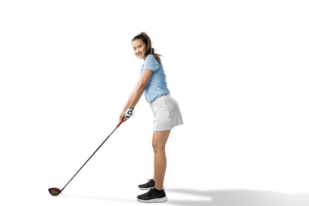 Mulher asiática pronta para balançar o taco de golfe de madeira