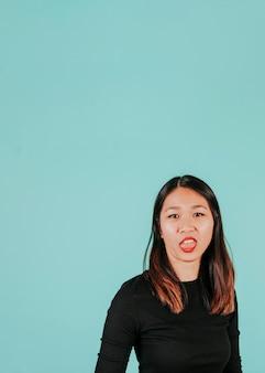 Mulher asiática que expressa desdém