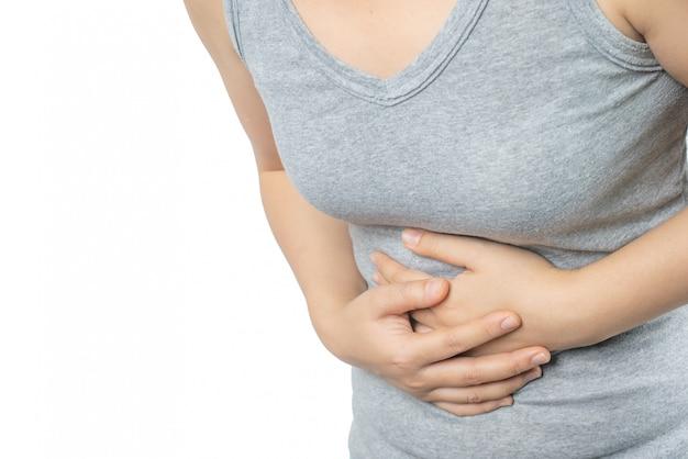 Mulher asiática que sofre a dor de estômago.