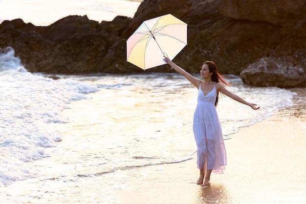 Mulher asiática relaxante na praia