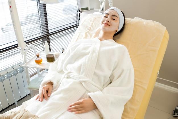 Mulher asiática relaxante no spa