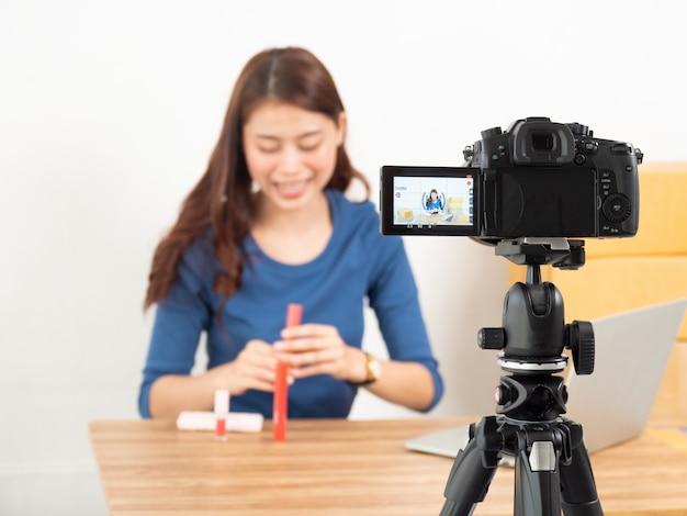 Mulher asiática rever produto ao vivo com câmera digital on-line