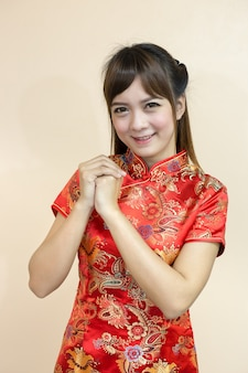 Mulher asiática saudação em chinês tradicional ou cheongsam