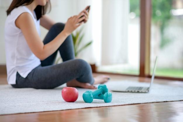 Mulher asiática se exercitando em casa para um estilo de vida saudável e moderno