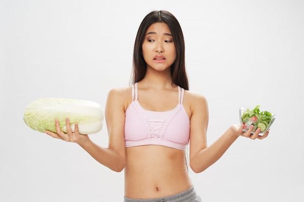Mulher asiática, segurando, alimento saudável