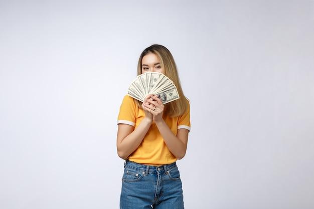 Mulher asiática segurando notas de dinheiro Foto Premium