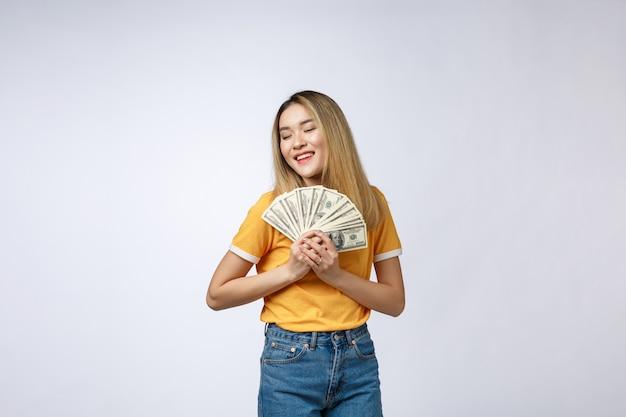 Mulher asiática segurando notas de dinheiro