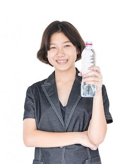 Mulher asiática segurar água engarrafada em branco