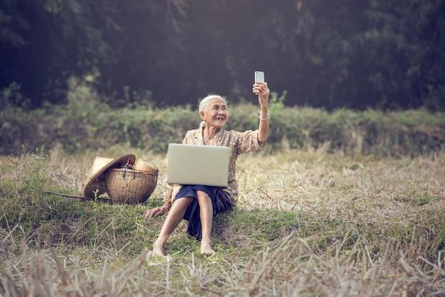 Mulher asiática selfie