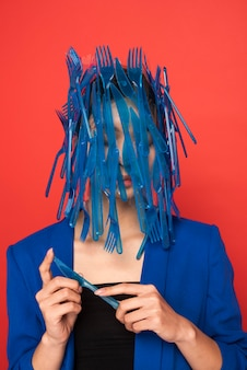 Mulher asiática sendo coberta de plástico azul