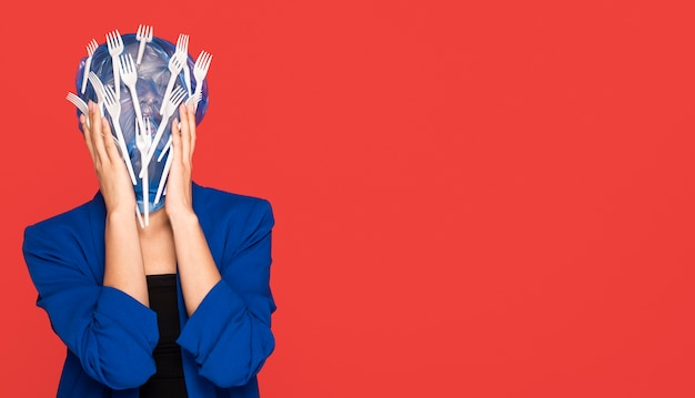 Mulher asiática sendo coberta de plástico com espaço de cópia