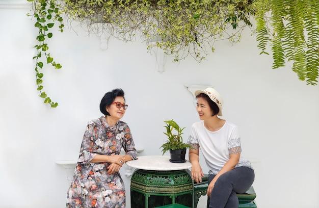 Mulher asiática sênior com filha relaxando de férias juntos no dia das mães.