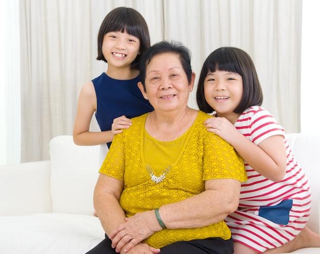 Mulher asiática sênior e netas