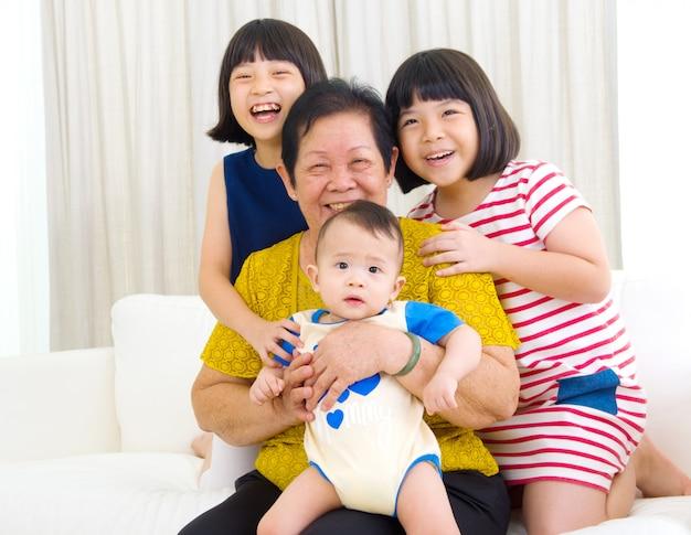 Mulher asiática sênior e netos
