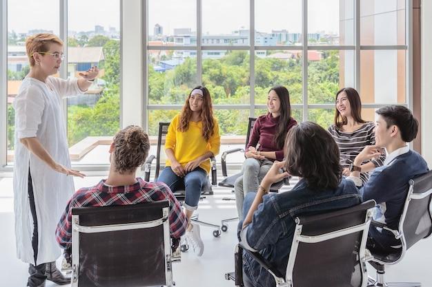 Mulher asiática sênior gerente apresentando as idéias criativas