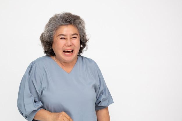 Mulher asiática sênior sorrindo isolada no fundo branco.