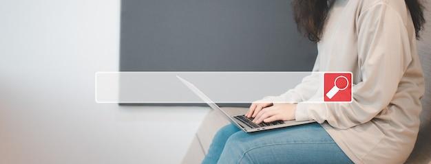 Mulher asiática sentada em um café e usando um smartphone para pesquisar informações na internet, pesquisar, navegar na barra da internet, conceito de pesquisa, navegação, rede de informações de dados da internet