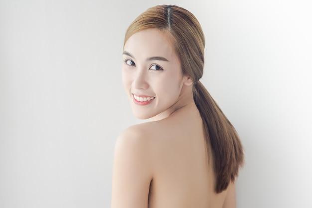 Mulher asiática sexy com rosto de beleza e pele perfeita