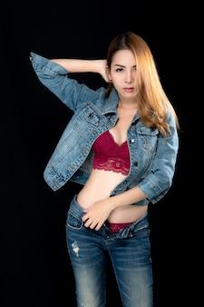 Mulher asiática sexy em jeans.