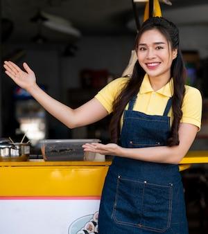 Mulher asiática sorridente de tiro médio