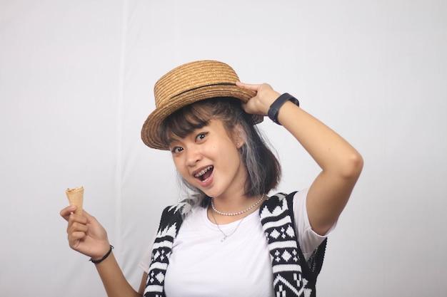 Mulher asiática sorridente e feliz segurando um delicioso sorvete congelado isolado em um fundo branco