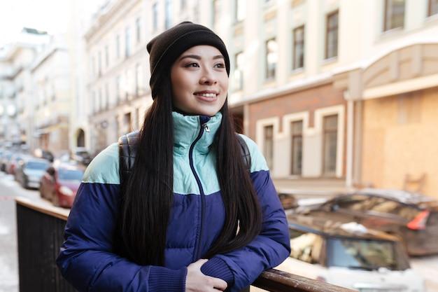 Mulher asiática sorridente em roupas quentes