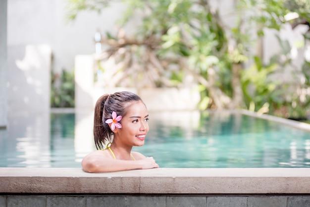 Mulher asiática sorridente relaxante